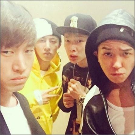 """Không chỉ có nhà SM mà các nhóm nhạc của YG cũng thân thiết không kém. Thời gian tham gia chương trình Who's Next, Big Bang thường xuyên đến thăm và ủng hộ đàn em cùng công ty. Khi Mino tham gia chương trình Show Me The Money 4, Taeyang cũng tham gia với tư cách khách mời góp giọng trong ca khúc Fear """"làm mưa làm gió"""" thời gian qua."""