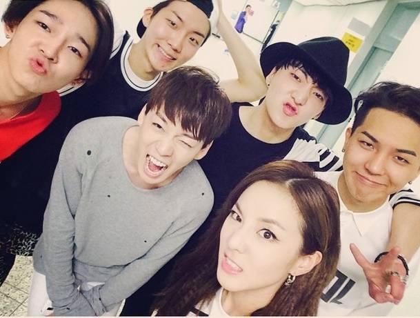 Không chỉ có các thần tượng nam mới thân thiết với nhau Dara (2NE1) vẫn đến ủng hộ Winnertừ những ngày ra mắt của nhóm.