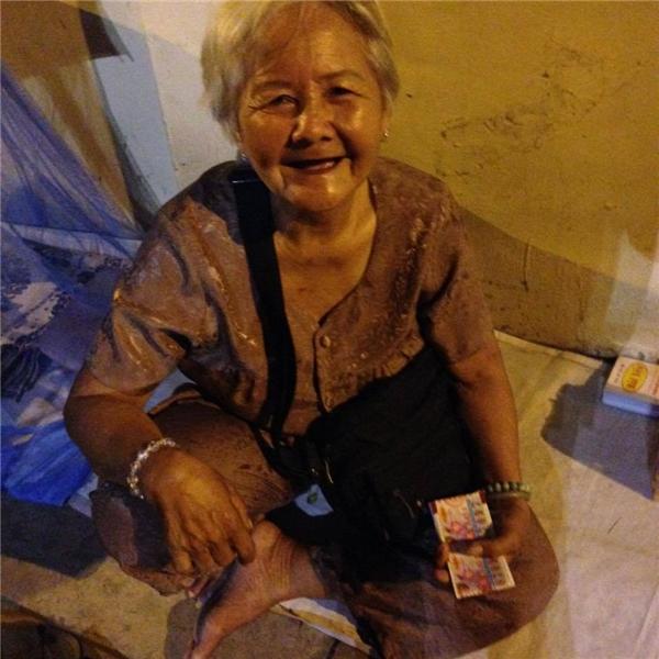 Bà cụ Xuân (72 tuổi) hàng ngày phải đi bán vé nuôi hai đứa cháu. Ảnh: FB
