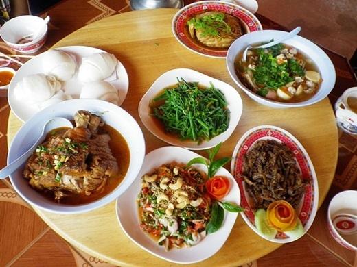 Điểm cộng lớn nhất của nhà nghỉ này là có nhà hàng riêng với những món ăn được chế biến khá ngon. (Ảnh: True Life)