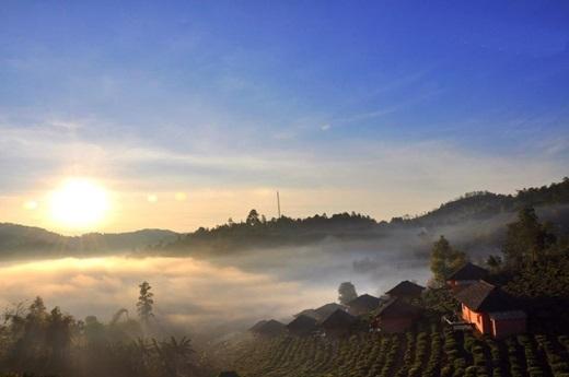 Vào buổi sáng, bạn có thể thấy những người nông dân làm việc trên ngọn đồi ngay gần nhà nghỉ. (Ảnh: True Life)