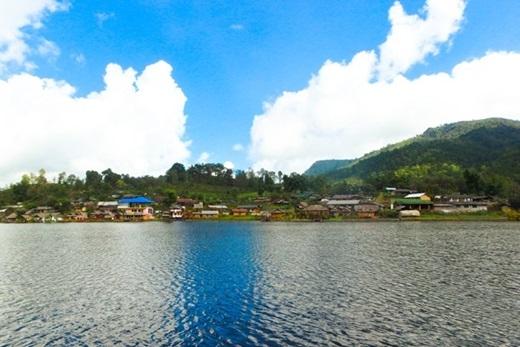 Từ làng Ban Rak Thai, bạn có thể dễ dàng đến với một điểm thu hút khách du lịch bậc nhất Bắc Thái Lan có tên Pang Oong. (Ảnh: True Life)