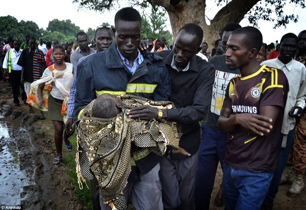 Lực lượng cứu hộ nhanh chóng đưa bé ra khỏi đống đổ nát của máy bay. (Nguồn: Internet)