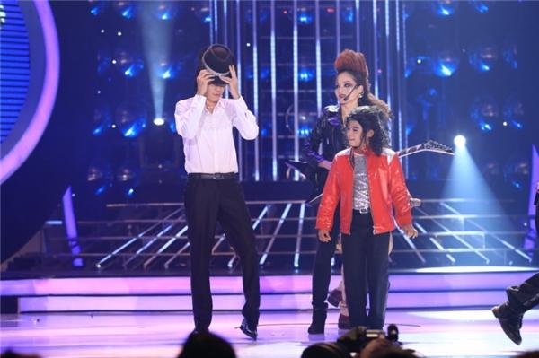 Hoài Linh cũng vui vẻ bước lên sân khấu để cùng Minh Khang biểudiễn lại một số động tác như phiên bản chính. - Tin sao Viet - Tin tuc sao Viet - Scandal sao Viet - Tin tuc cua Sao - Tin cua Sao