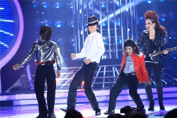 Em đã thể hiện gần như trọn vẹn những đặc trưng làm nên tên tuổi của ông hoàng nhạc Pop thế giới, điển hình là điệu nhảy moon-walk, nhảy đá chân, xoay người nhiều vòng. - Tin sao Viet - Tin tuc sao Viet - Scandal sao Viet - Tin tuc cua Sao - Tin cua Sao
