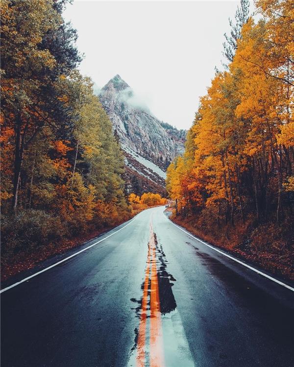 Đường đèo June Lake, California được điểm tô sắc đỏ vàng quyến rũ của mùa thu. (Ảnh: IG @jordanherschel)