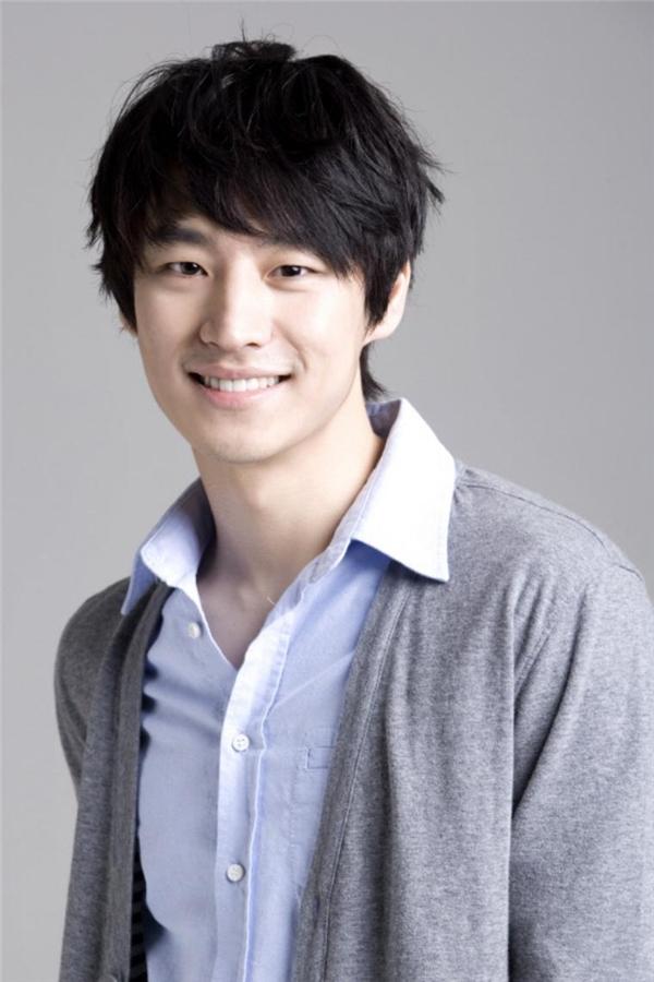 """Dù thường xuyên được các đạo diễn phim giao vai phản diện nhưng Lee Jae Hoon lại sở hữu nụ cười """"ngọt hơn cả kẹo""""."""