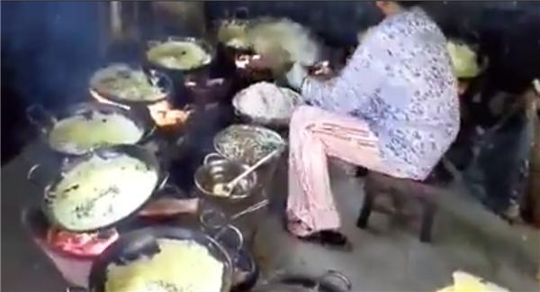 Để phục vụ một lượng khách lớn, các đầu bếp của chùa Bánh Xèo phải đảm bảo mọi thao tác chính xác, nhanh nhẹn và vệ sinh. (Ảnh: Chụp từ clip)