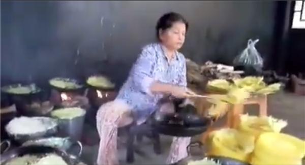 Mỗi một đầu bếp chịu trách nhiệm 10 chảo bánh xèo cùng lúc.(Ảnh: Chụp từ clip)
