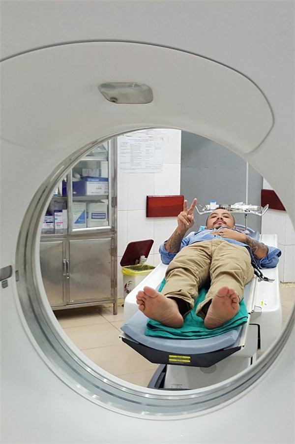 Trần Lập xì-tin vẫy chào mọi người trước khi được đưa vào chụp CT. - Tin sao Viet - Tin tuc sao Viet - Scandal sao Viet - Tin tuc cua Sao - Tin cua Sao
