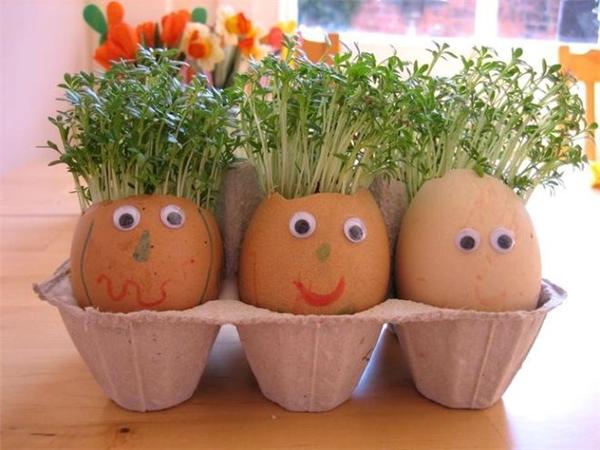 Bạn có thể sáng tạo bằng cách dán mắt, mũi, miệng lên từng vỏ trứng... (Ảnh: Internet)