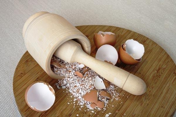 Nghiền nát vỏ trứng và cho vào phin cà phê sẽ giúp vị ngonthêm đậm đà!(Ảnh: Internet)