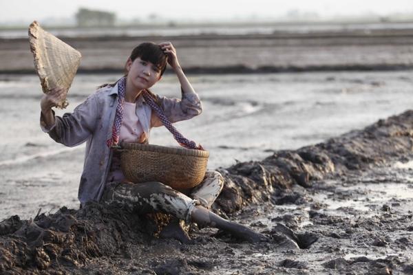 Cô nàng phải phụ giúp cha mẹ làm việc để lo toan cho gia đình, - Tin sao Viet - Tin tuc sao Viet - Scandal sao Viet - Tin tuc cua Sao - Tin cua Sao