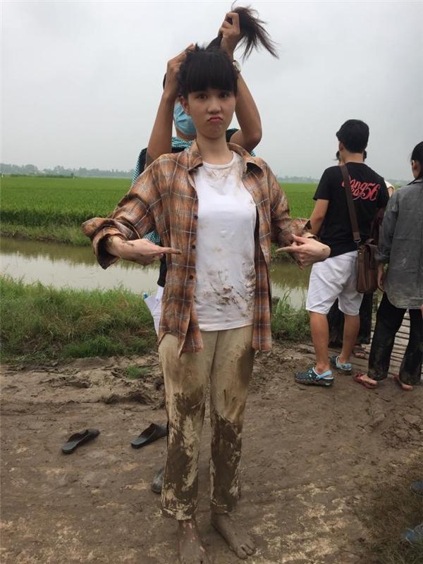 Cô nàng chân lấm tay bùn lội ruộng. - Tin sao Viet - Tin tuc sao Viet - Scandal sao Viet - Tin tuc cua Sao - Tin cua Sao