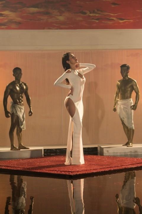 Chiếcváy màu trắng với những đường cắt xẻ ở hông và ngực được xem là bộ đồ sexy nhất trong Em đã yêu. - Tin sao Viet - Tin tuc sao Viet - Scandal sao Viet - Tin tuc cua Sao - Tin cua Sao
