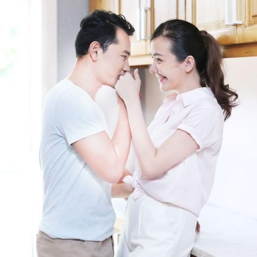 Dù đã cưới nhau hơn một năm rồi, nhưng hai vợ chồng vẫn lãng mạn như thưở mới yêu. - Tin sao Viet - Tin tuc sao Viet - Scandal sao Viet - Tin tuc cua Sao - Tin cua Sao