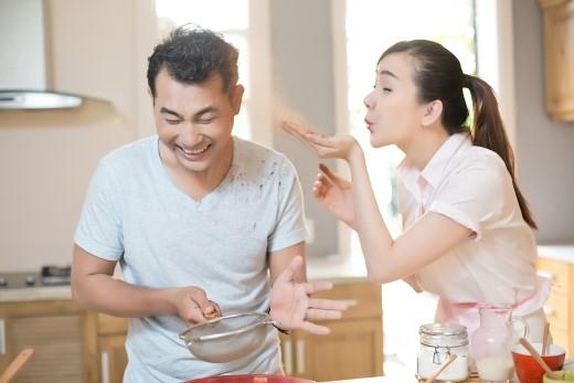 Ái Châu tinh nghịch thổi bột vàoHuỳnh Đông, hai vợ chồng tìm thấy nhiều niềm vui nho nhỏ nơi căn bếp ấm. - Tin sao Viet - Tin tuc sao Viet - Scandal sao Viet - Tin tuc cua Sao - Tin cua Sao