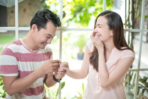 Niềm hạnh phúc của Ái Châu khi được anh chồng Huỳnh Đông tự tay đeo nhẫn cho mình. - Tin sao Viet - Tin tuc sao Viet - Scandal sao Viet - Tin tuc cua Sao - Tin cua Sao