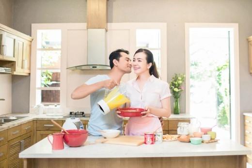 Khoảnh khắc lãng mạn trong lúc làm món bánh Tiramisu đặc biệt của cặp đôi Huỳnh Đông - Ái Châu. - Tin sao Viet - Tin tuc sao Viet - Scandal sao Viet - Tin tuc cua Sao - Tin cua Sao