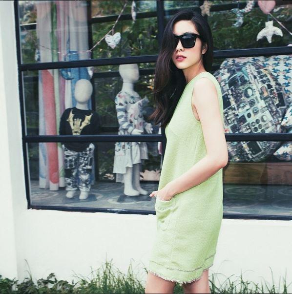"""Diện độc những bộ váy suông rộng nhưng ở Tăng Thanh Hà vẫn toát lên sự quyến rũ, thu hút đến """"chết người"""". Trang phục là yếu tố khá quan trọng nhưng thần thái cùng phong cách mới quyết định tất cả."""