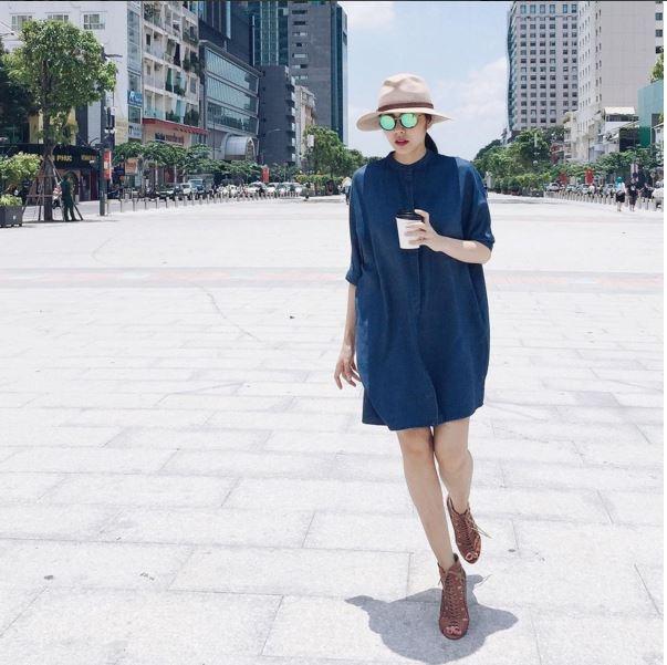 """Thờigian gần đây, thời trang đường phố của Hà Tăng đã có sự """"chuyển mình"""" nhất định. Cô trở nên năng động, cá tính hơn hẳn. Quần jeans rách, áo phông hay dáng váy rộng hiện đại bỗng trở thành lựa chọn yêu thích của Tăng Thanh Hà."""