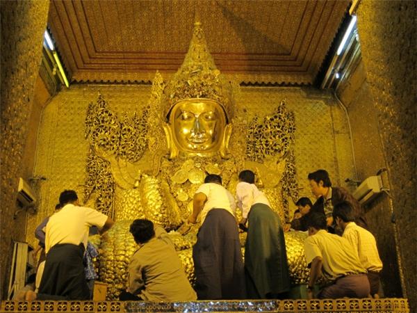 """Theo ngôn ngữ Bhasa, Mahamuni có nghĩa là """"nhà hiền triết vĩ đại"""". Với những Phật tử Myanmar, chùa Mahamuni là ngôi chùa thứ hai mà họ cần phải hành hương trong cuộc đời bởi tượng Phật bên trong chánh điện được cho rằng diễn tả thật nhất gương mặt Đức Phật Thích Ca, lúc Ngài còn hiện diện trên thế gian.(Ảnh: Internet)"""