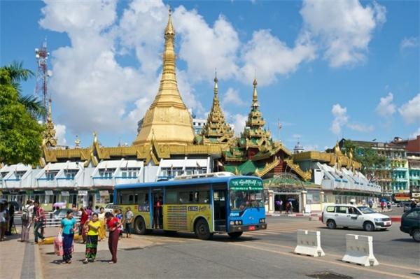 Ngôi chùa mạ vàng Sule nằm ở trung tâm Yangon đã được hơn 2.500 năm, Sule cũng lưu giữ một sợi tóc theo truyền thuyết là tóc của Phật Tổ tặng cho hai anh em thương gia người Myanmar xưa kia.(Ảnh: Internet)