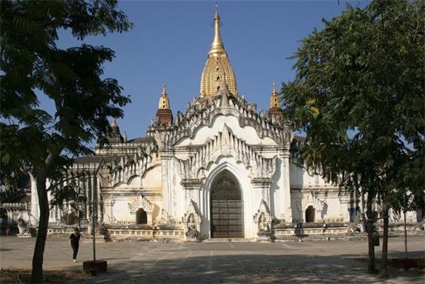 Ananda là ngôi chùa nổi tiếng lâu đời và rộng lớn, được xây dựng tại cố đô Bagan của Myanmar. Tồn tại trong một quá trình lịch sử lâu dài, chùa Ananda được người dân Myanmar coi là biểu tượng cho trí tuệ vô biên của Phật.(Ảnh: Internet)
