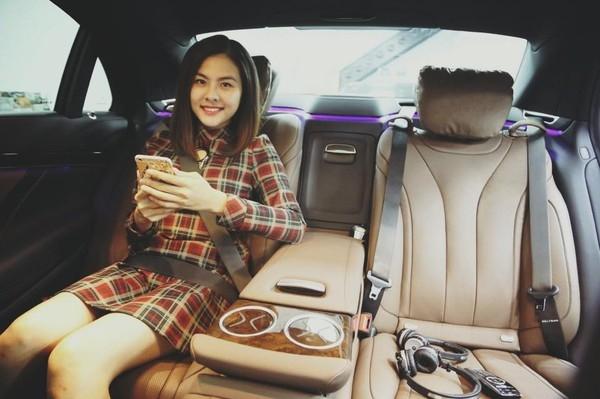 Nữ diễn viênrạng rỡ kiểm tra các vị trí ngồi trên xe. - Tin sao Viet - Tin tuc sao Viet - Scandal sao Viet - Tin tuc cua Sao - Tin cua Sao