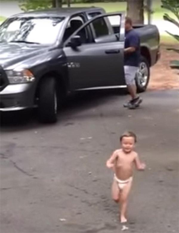"""Carlton chạy lại phía mẹ mình sau khi liên tục nói:""""Con yêu bố"""".(Ảnh: Daily Mail)"""