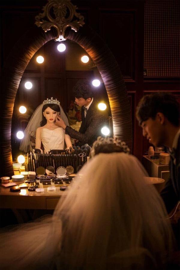 """Hot boy Trung Quốc chăm chút cho """"người yêu"""" trước giờ chụp ảnh. (Ảnh: Internet)"""