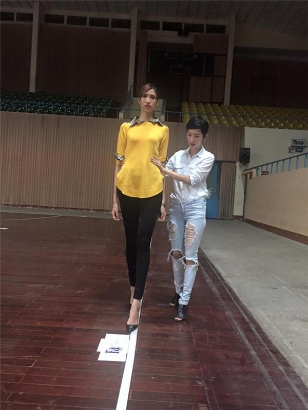 """Xuân Lan """"dạy lại"""" kĩ năng catwalk cho học trò của Thanh Hằng"""