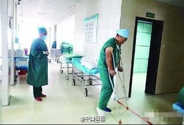 Sau mỗi ca phẫu thuật,vị bác sĩ đáng kính lại chống nạng chậm rãi bước ra khỏi phòng mổ. (Ảnh: Internet)