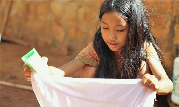 K'Biệtphụ giúp gia đình giặt đồ vào đúng lúc phượt thủ Đăng Khoaghé chơi. (Ảnh: Internet)