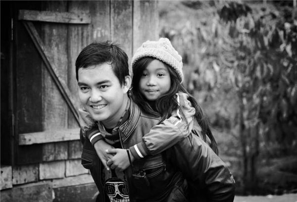 Cô bé Tây Nguyên xinh đẹp đùa vui bên phượt thủ Đăng Khoa.(Ảnh: Internet)
