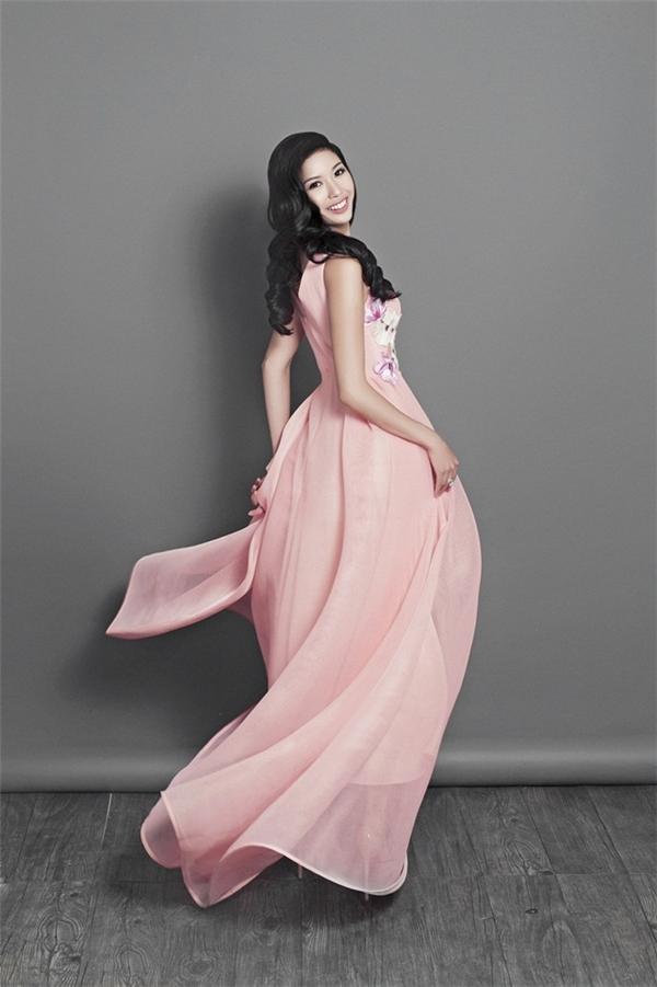 Trong hành trang đến với Hoa hậu Quốc tế, Thúy Vân còn chọn bộ váy với tông hồng ngọt ngào của nhà thiết kế Adrian Anh Tuấn. Kiểu váy xòe rũ cùng chất liệu mềm mại mang đến vẻ ngoài thanh lịch cho Á hậu Quốc tế 2015.