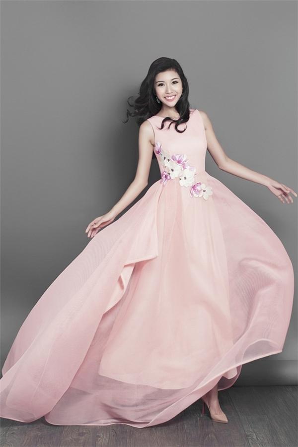 Mê mẩn những bộ váy nhẹ nhàng, nữ tính của Thúy Vân