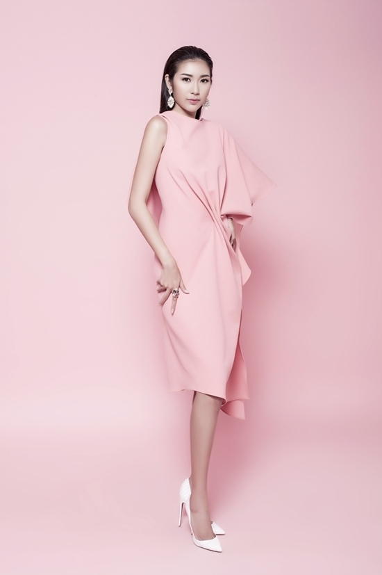 Trong khi đó, kiểu váy hồng với cấu trúc bất đối xứng lại giúp cô nàng trở nên cá tính, hiện đại, trẻ trung hơn.