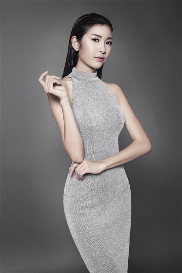 Người đẹp Sài thành khoe khéo đường cong nuột nà đáng mơ ước trong bộ váy ôm sát khá đơn giản. Chất liệu ánh kim sẽ giúp quý cô trở thành tâm điểm giữa những buổi tiệc đông người.