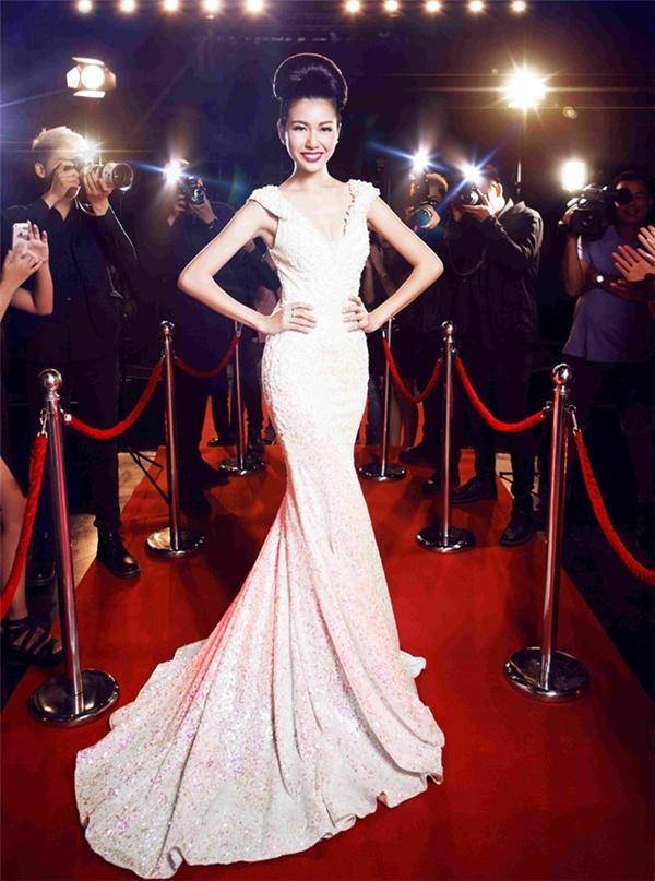 Hình ảnh của Thúy Vân tại Hoa khôi Áo dài Việt Nam 2014 trong bộ váy đuôi cá ôm sát nhận được nhiều lời khen ngợi bởi sự sang trọng, quý phái.