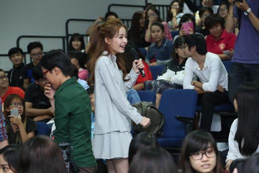 Bên cạnh đó các diễn viên cũng nhận được các câu hỏi khác từ sinh viên tại đây. - Tin sao Viet - Tin tuc sao Viet - Scandal sao Viet - Tin tuc cua Sao - Tin cua Sao