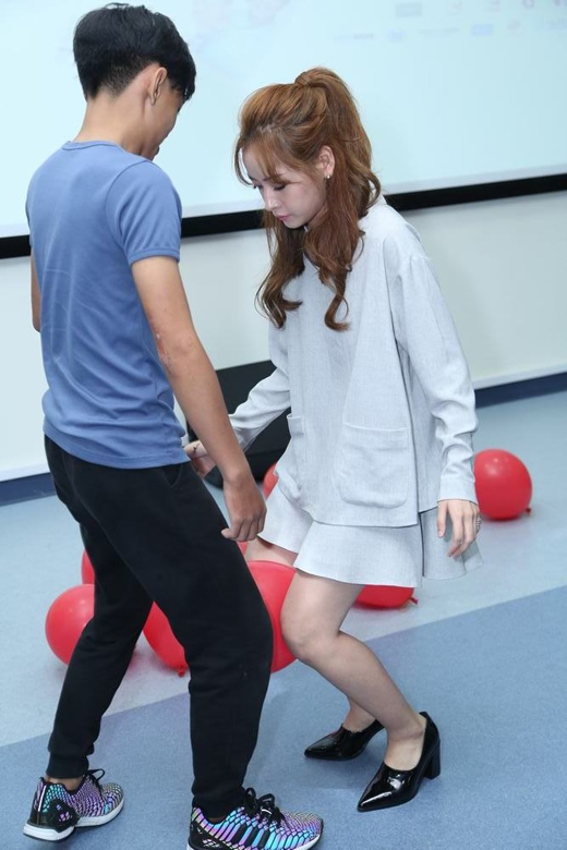Cả hai diễn viên không ngần ngại tham gia các trò chơi vận động cùng các bạn sinh viên của trường. - Tin sao Viet - Tin tuc sao Viet - Scandal sao Viet - Tin tuc cua Sao - Tin cua Sao