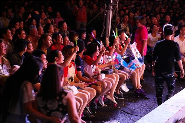 Hàng nghìn khán giả chấp nhận đội mưa để thưởng thức liveshow đầu tay của Trường Giang. - Tin sao Viet - Tin tuc sao Viet - Scandal sao Viet - Tin tuc cua Sao - Tin cua Sao