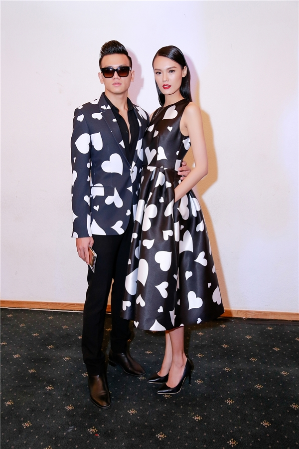 Trong khi đó, chàng mẫu trẻ Lê Xuân Tiền và chân dài Lê Thanh Thảo được ưu ái diện hai mẫu thiết kế nằm trong bộ sưu tập Thu - Đông 2015 mang tên Love - Tình yêu của nhà thiết kế Đỗ Mạnh Cường.