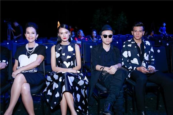 Nhà thiết kế Đỗ Mạnh Cường cùng Diễm My và hai học trò cưng luôn xuất hiện và ngồi ở vị trí ghế VIP trong những show diễn thời trang lớn.