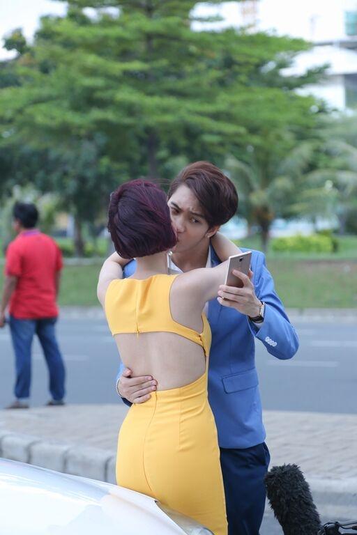 Trong cảnh quay, B Trần còn tinh nghịch ghi lại khoảnh khắc hôn nhau. - Tin sao Viet - Tin tuc sao Viet - Scandal sao Viet - Tin tuc cua Sao - Tin cua Sao