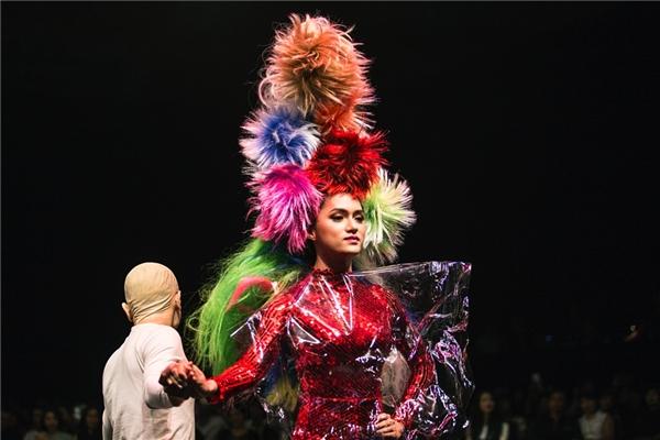 Hương Giang diện mẫu jumpsuit ánh kim bắt mắt. Mái tóc của nữ ca sĩ được tạo kiểu cầu kì với những gam màu nổi bật.