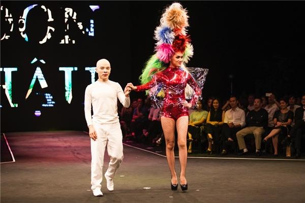 Đây cũng là lần đầu tiên Hương Giang thử sức với vai trò người mẫu. Dù lần đầu lấn sân nhưng với phong thái sang trọng cùng những sải chân mạnh mẽ, Hương Giang nhận được không ít lời khen ngợi.