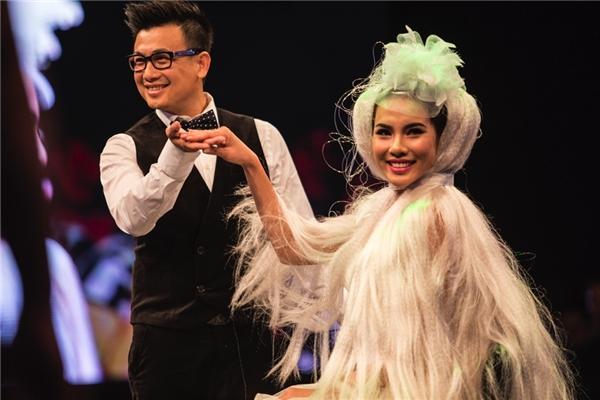 Trong khi đó, Á khôi Áo dài Lệ Quyên giữ vai trò chính. Cô diện bộ váy cưới trắng bồng xòe kết hợp mái tóc trắng dài vô cùng cầu kì, ấn tượng. Đặc biệt kiểu tóc này được Don Hậu thực hiện trực tiếp trên sân khấu.
