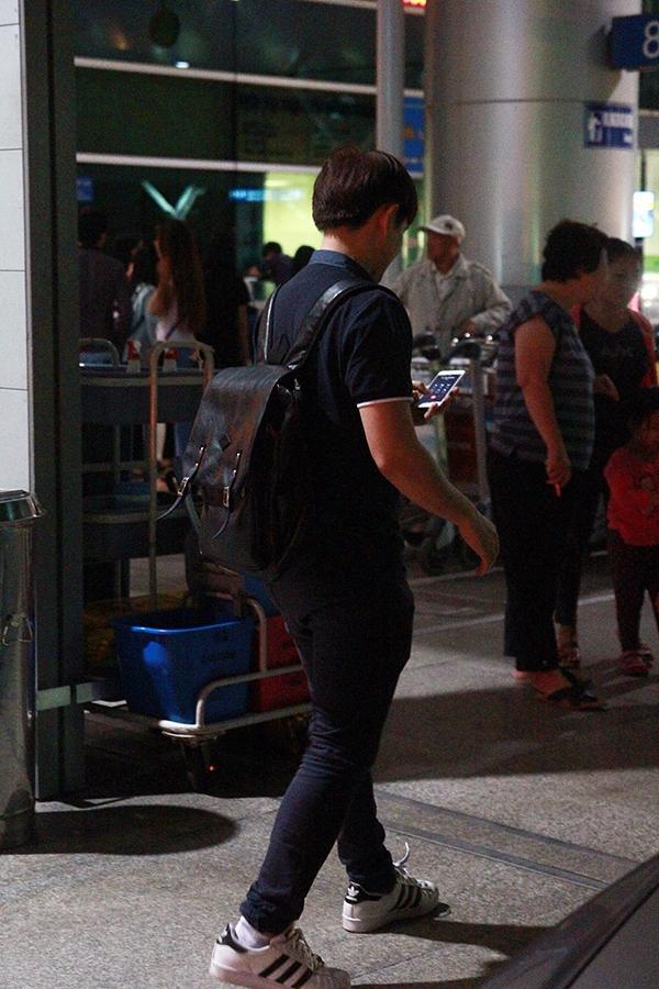 Sau khi đưa bạn gái lên máy bay, Ông Cao Thắng vội vã trở về nhà giải quyết các công việc khác. - Tin sao Viet - Tin tuc sao Viet - Scandal sao Viet - Tin tuc cua Sao - Tin cua Sao